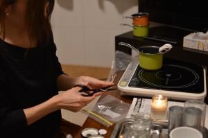 キャンドルの芯をハサミで切って長さを調節します